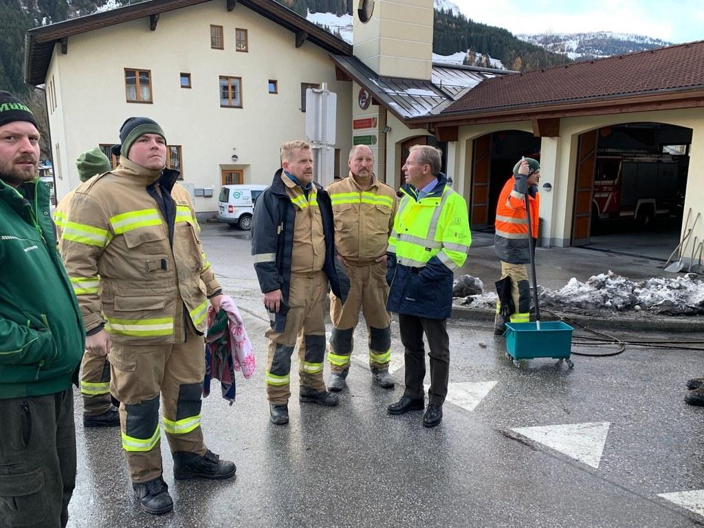 LH Wilfried Haslauer machte sich im Gasteinertal ein Bild von den Schäden nach dem Starkregen.