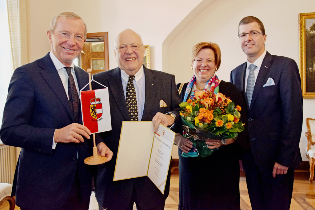 LH Wilfried Haslauer mit Franz Gramiller, Barbara Gramiller und Gerhard Pockenauer-Gramiller bei der Auszeichnung mit dem Salzburger Landeswappen.