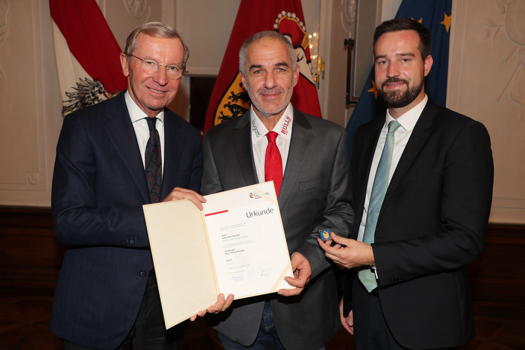 LH Wilfried Haslauer mit LR Stefan Schnöll bei der Verleihung des Sportehrenzeichens in Gold an Alexander Narobe (Mitte) aus Salzburg.
