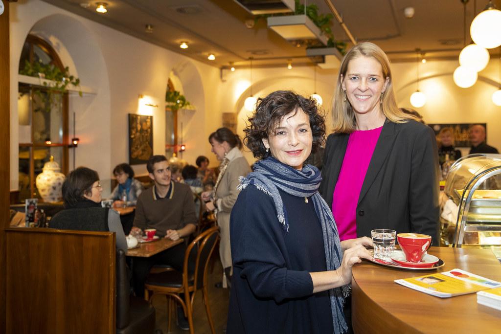 Katharina Stemberger und LR Andrea Klambauer im Erzähl-Café.