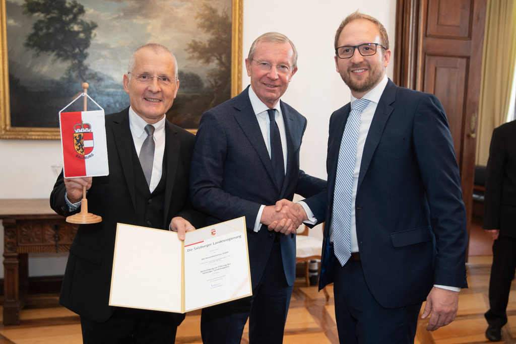 LH Wilfried Haslauer verlieh das Landeswappen an Hans Leopold Malzl und Alexande..