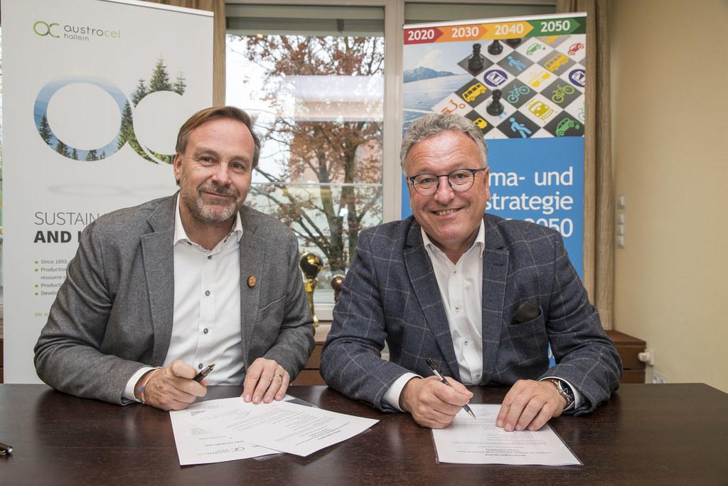 Jörg Harbring (GF AustroCel) und LH-Stv. Heinrich Schellhorn unterschreiben den ..