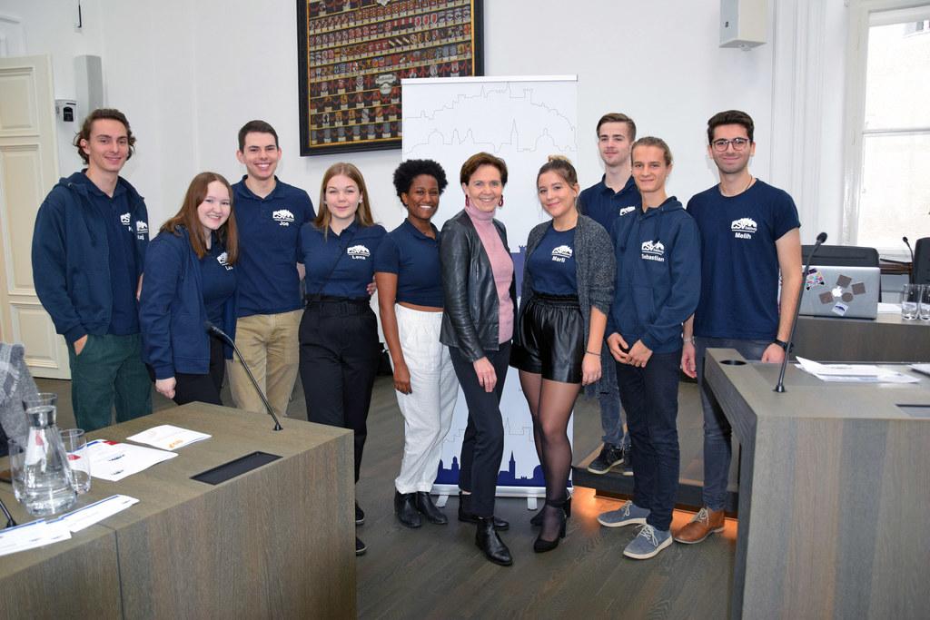 LTP Brigitta Pallauf eröffnete das Schülerparlament im Plenarsaal des Salzburger..
