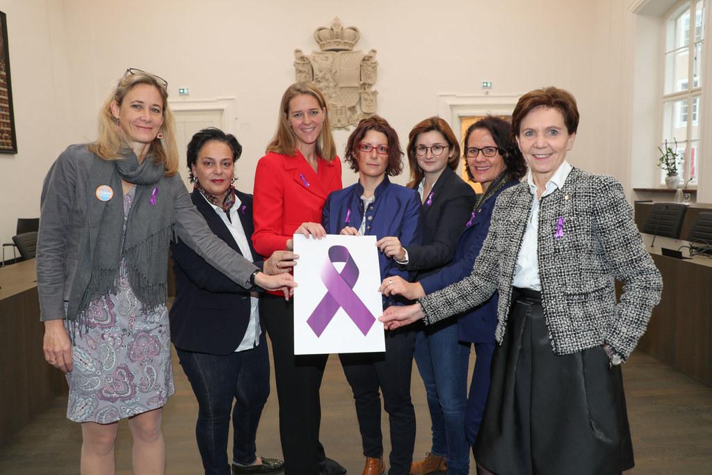 """Lila Band zum Zeichen """"16 Tage gegen Gewalt an Frauen"""" im Landtag: Kimbie Humer-.."""