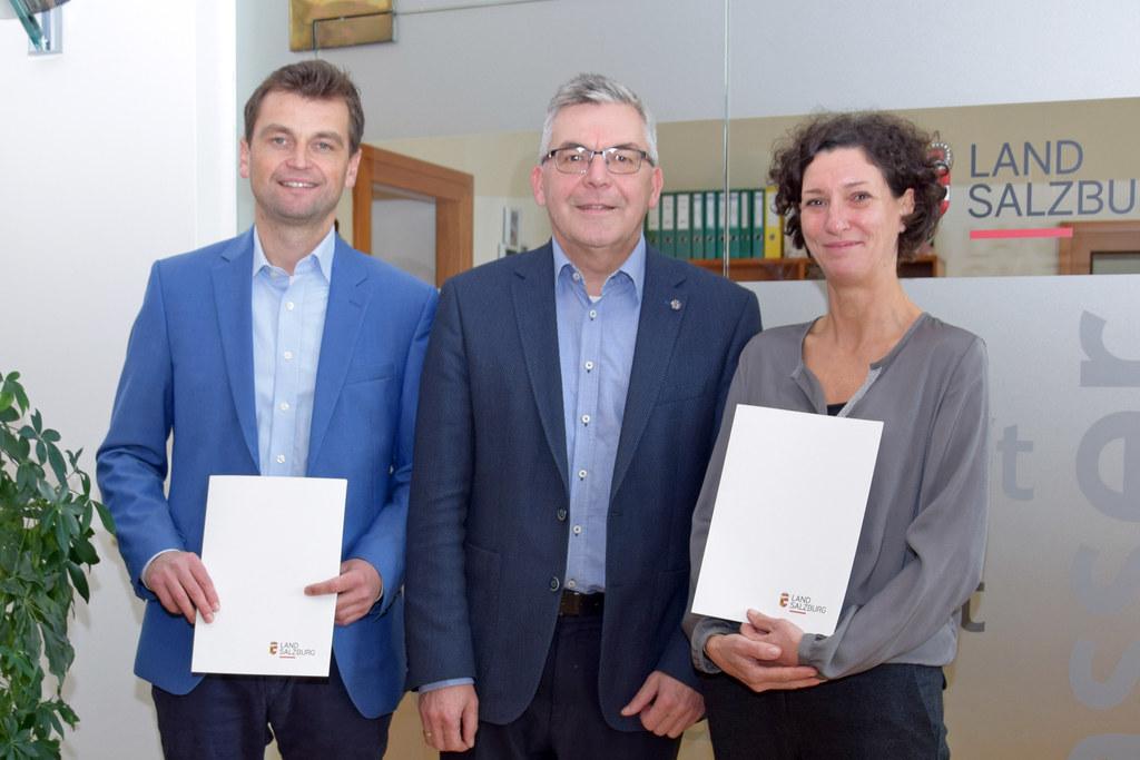 LR Josef Schwaiger überreichte Dekrete für die Referatsleitung an Julia Feldkirc..