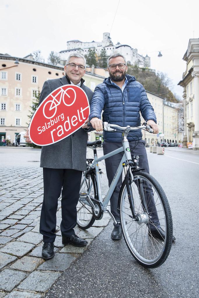 LR Josef Schwaiger übergab das neue City Bike an Gewinner Michael Quintus, der s..