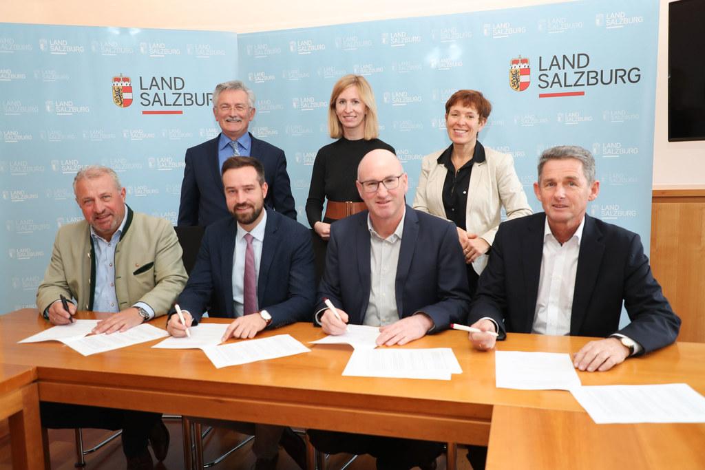 Der Vertrag wurde heute unterzeichnet: v.l. BM Josef Flatscher (Freilassing), LR..