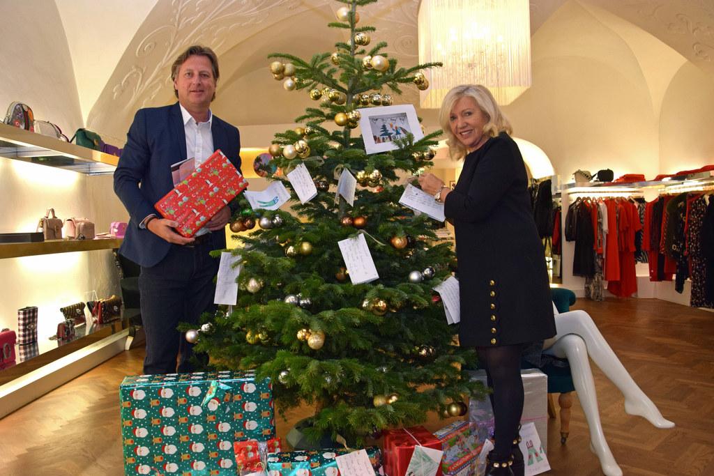 Hannes Herbst (Kinder- und Jugendhilfe Salzburg-Umgebung) und DIVA-Geschäftsführerin Marianne Köhler helfen heuer dem Christkind, bedürftigen Kindern eine Freude zu machen.