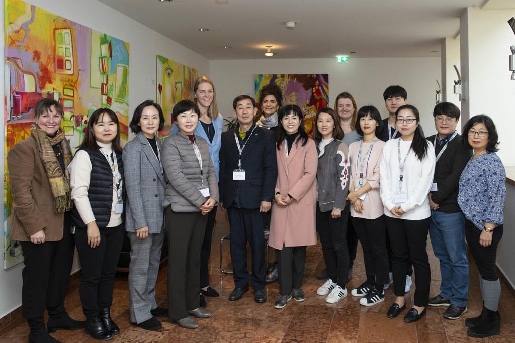 Eine hochkarätige südkoreanische Delegation des Familienministeriums zu Gast bei LR Andrea Klambauer (M.).