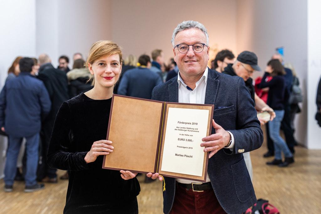 LH-Stv. Heinrich Schellhorn überreichte den Förderpreis 2019 des Salzburger Kunstvereins an Marlies Pöschl.
