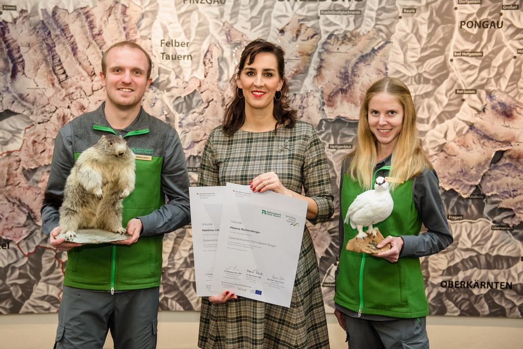 Zwei neue diplomierte Nationalpark Ranger: LR Maria Hutter (Mitte) gratulierte M..