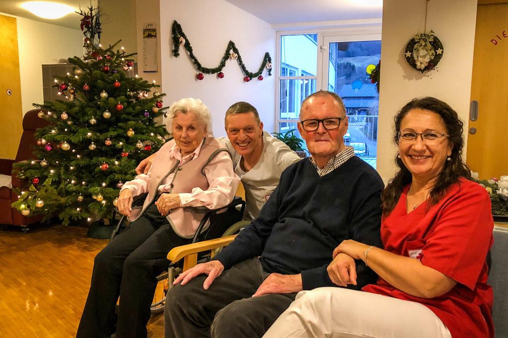 Arbeiten am 24. Dezember - und das mit Freude: Ingeborg Pölzleitner und Thomas Haas betreuen mit zwei weiteren Kollegen unter anderem Maria Wimmer und Fritz Berghammer im Seniorenwohnhaus St. Gilgen.