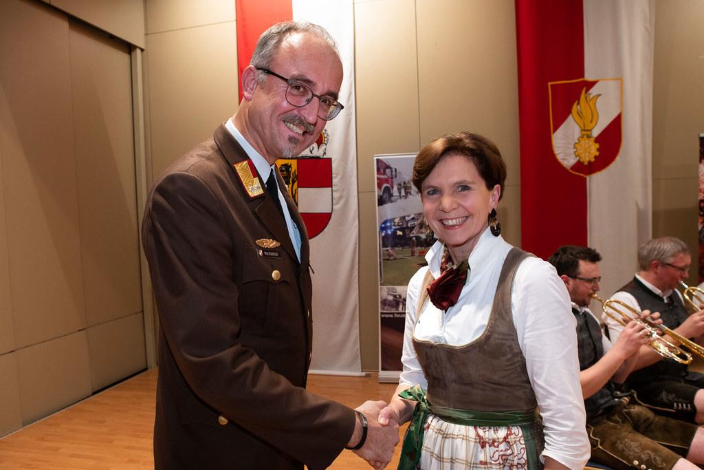 Feierlich angelobt: Bezirksfeuerwehrkommandant Markus Kronreif und LTP Brigitta Pallauf.
