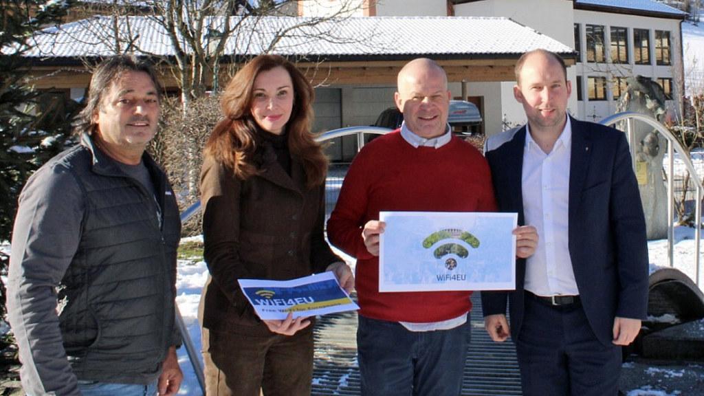 Startschuss für das öffentliche WLAN in Fusch: Vize.-Bgm. Albert Franz Scherer, Michaela Petz-Michez (Leiterin EU-Verbindungsbüro in Brüssel), Georg Wallner (Firma FullyMeshed) und Bgm. Hannes Schernthaner.