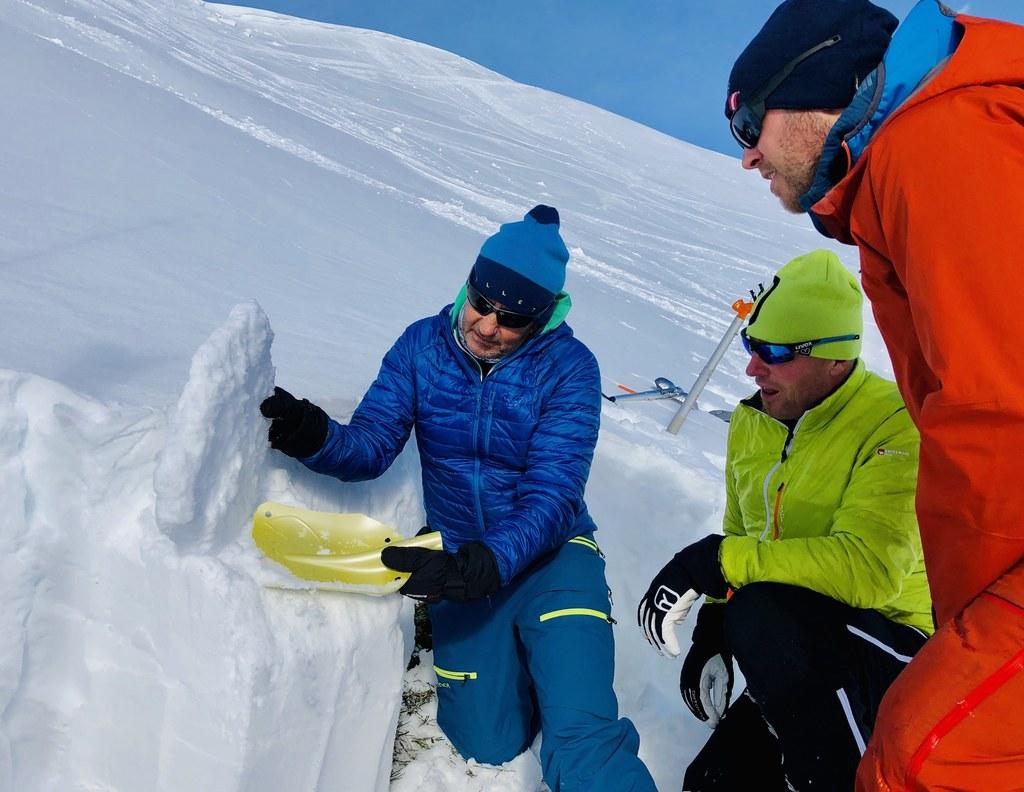Die Beurteilung der Beschaffenheit des Schneedeckenaufbaus bildet einen der Schwerpunkte der Lehrgänge.