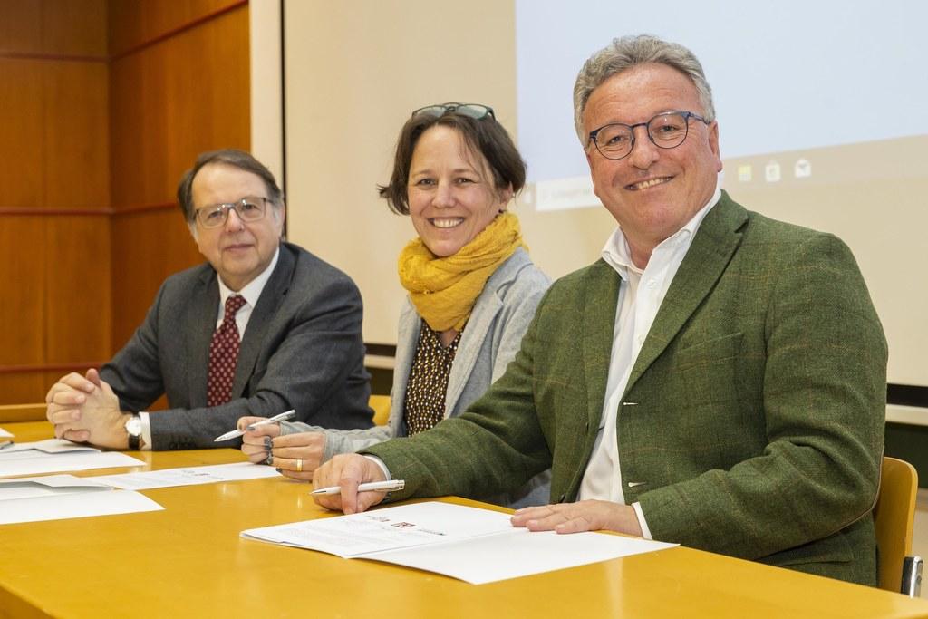 Rektor Hendrik Lehnert, Landesverbands-Vorsitzende Andrea Dillinger und LH-Stv. Heinrich Schellhorn vereinbarten die engere Zusammenarbeit zwischen den Regionalmuseen und der Universität Salzburg.