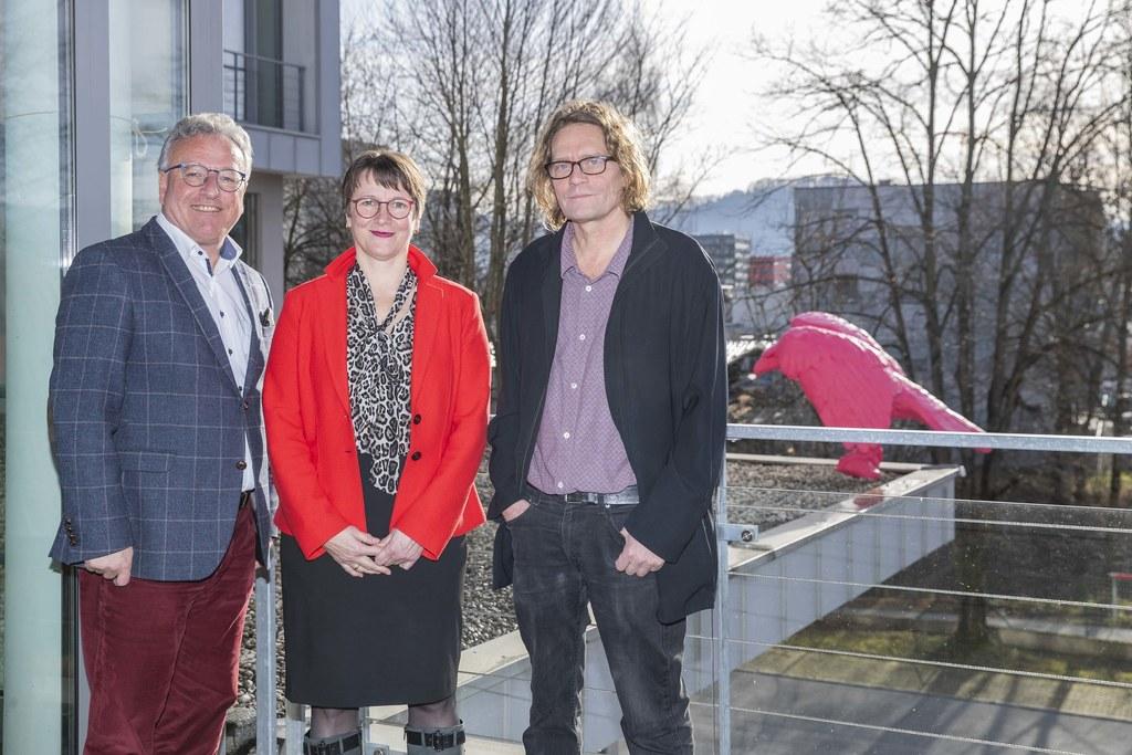 LH-Stv. Heinrich Schellhorn, Claudia Jindra-Feichtner, Landesverwaltungsgerichtspräsidentin mit dem Künstler und Bildhauer Michael Kienzer.