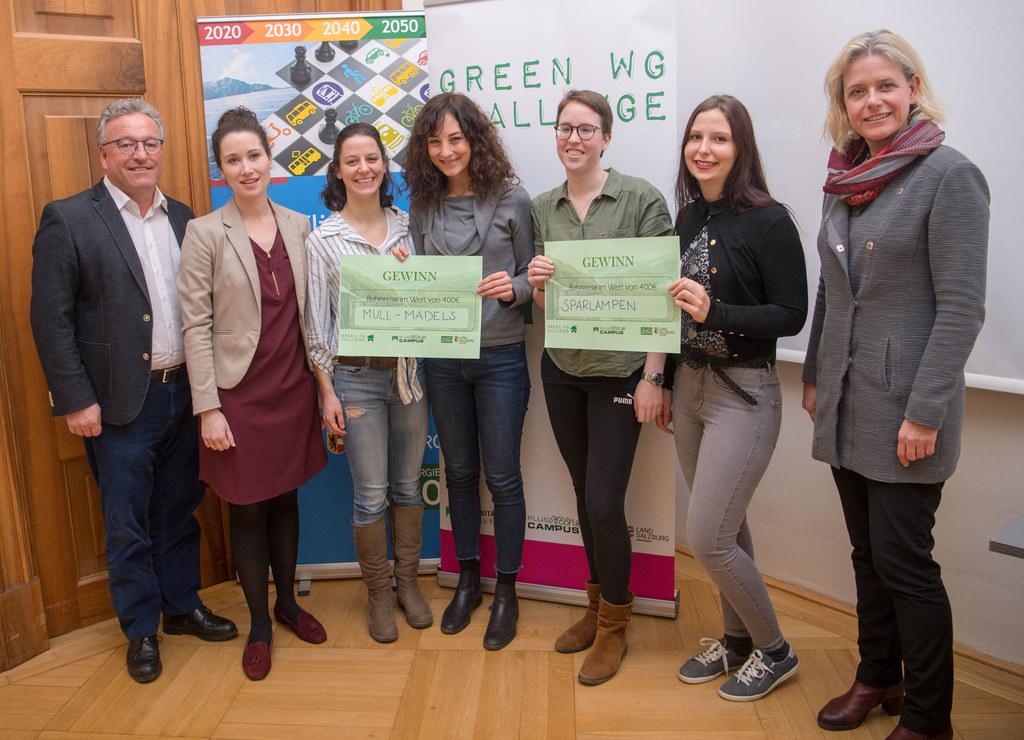 Siegerehrung der Green WG Challenge in der Edmundsburg: LH-Stv. Heinrich Schellhorn, Isabella Uhl-Hädicke (Universität Salzburg), Andrea, Alina, Yvonne, Anna sowie Nicola Huesing (Vize-Rektorin der Universität Salzburg).