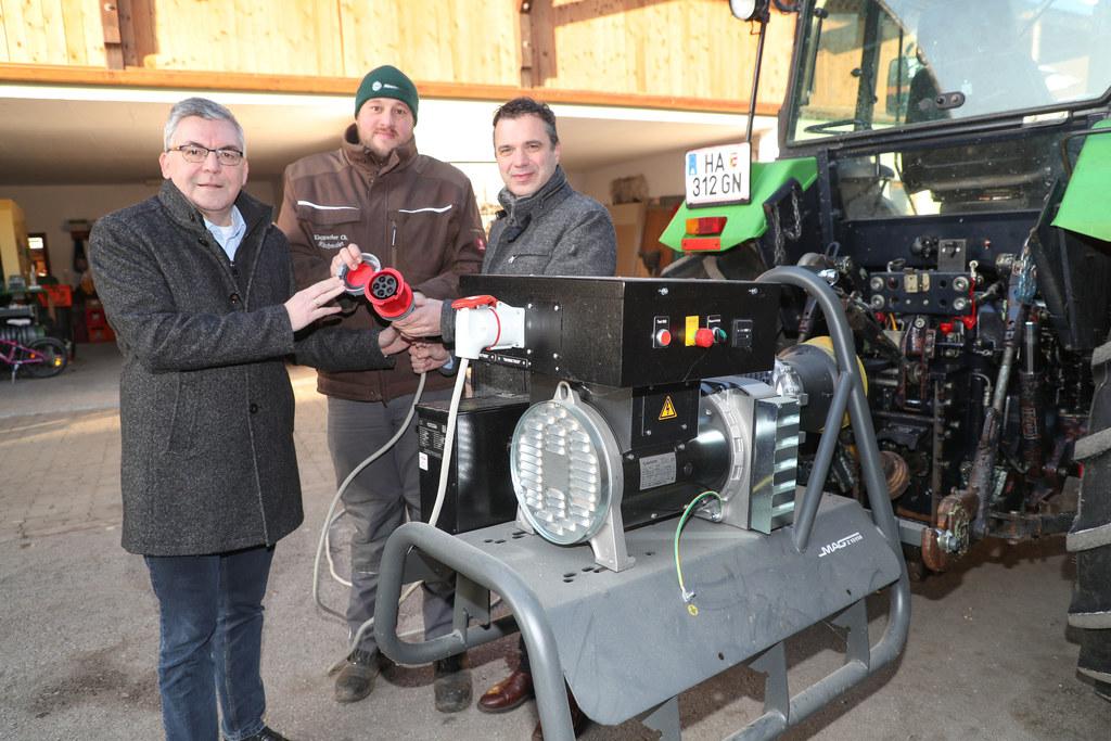 Christian Klappacher aus Oberalm (zwischen LR Josef Schwaiger und LWK-Präs. Rupert Quehenberger) ist gegen Stromausfälle auf seinem Bauernhof gewappnet.