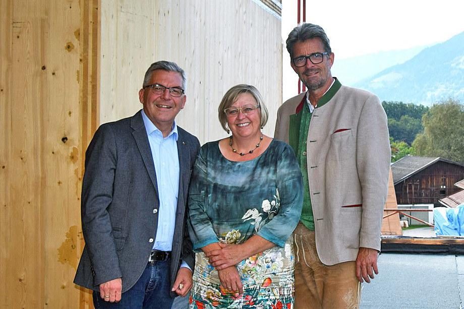 Die Landwirtschaftliche Fachschule in Bruck erhält ein neues Mädcheninternat in Holzbauweise, freuen sich LR Josef Schwaiger, Direktorin Ulrike Winding und Landesschulinspektor Christoph Faistauer.