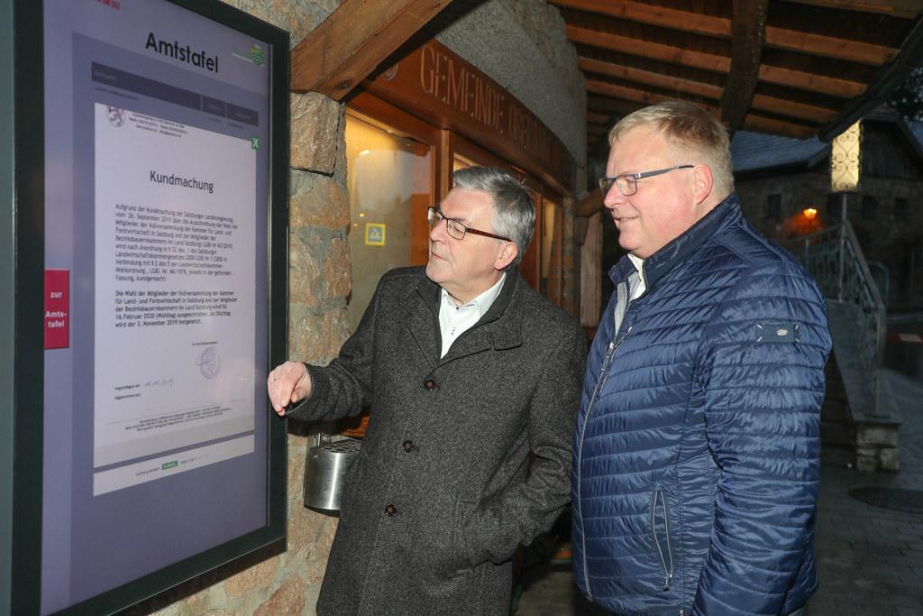 Rund um die Uhr zugänglich und lesbar: LR Josef Schwaiger und Bgm. Simon Wallner gehörten mit zu den ersten Nutzern der digitalen Amtstafel in Obertrum.