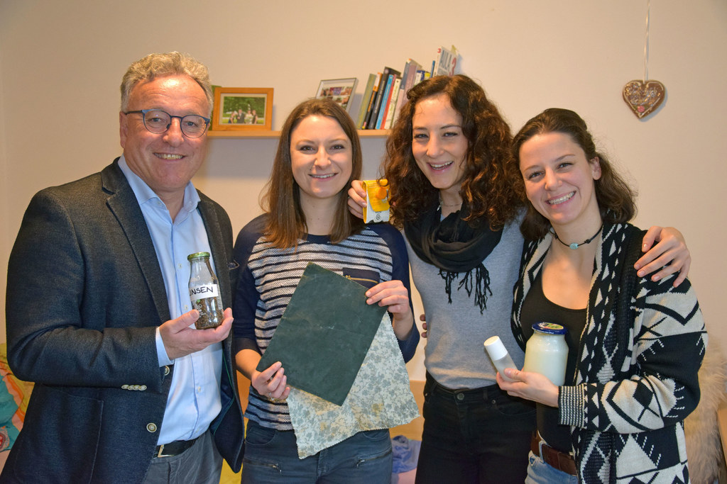 """LH-Stv. Heinrich Schellhorn mit den Gewinnerinnen der Green WG Challenge """"Die Mullmädls"""": Elena Fischer, Alina Knoflach und Andrea Glashauser."""