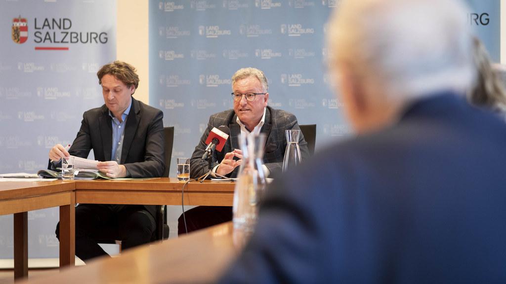 Die Mindestsicherung geht, die Sozialunterstützung kommt: Andreas Eichhorn (Leiter der Sozialabteilung) und LH-Stv. Heinrich Schellhorn.