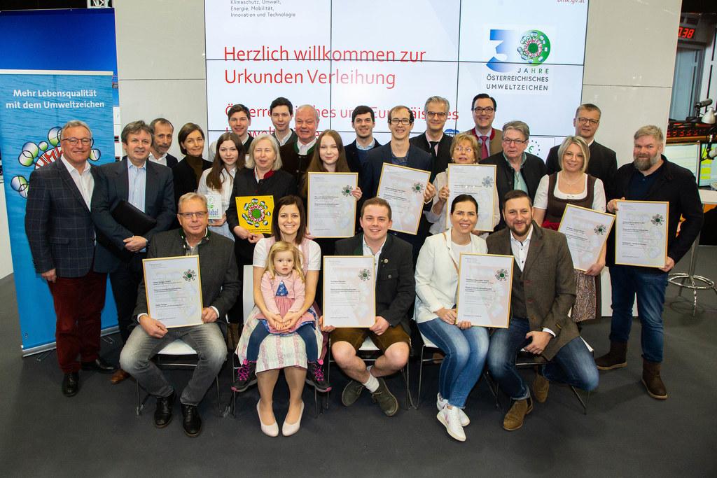 LH-Stv. Heinrich Schellhorn mit den Preisträgerinnen und Preisträgern des Österreichischen Umweltzeichens.