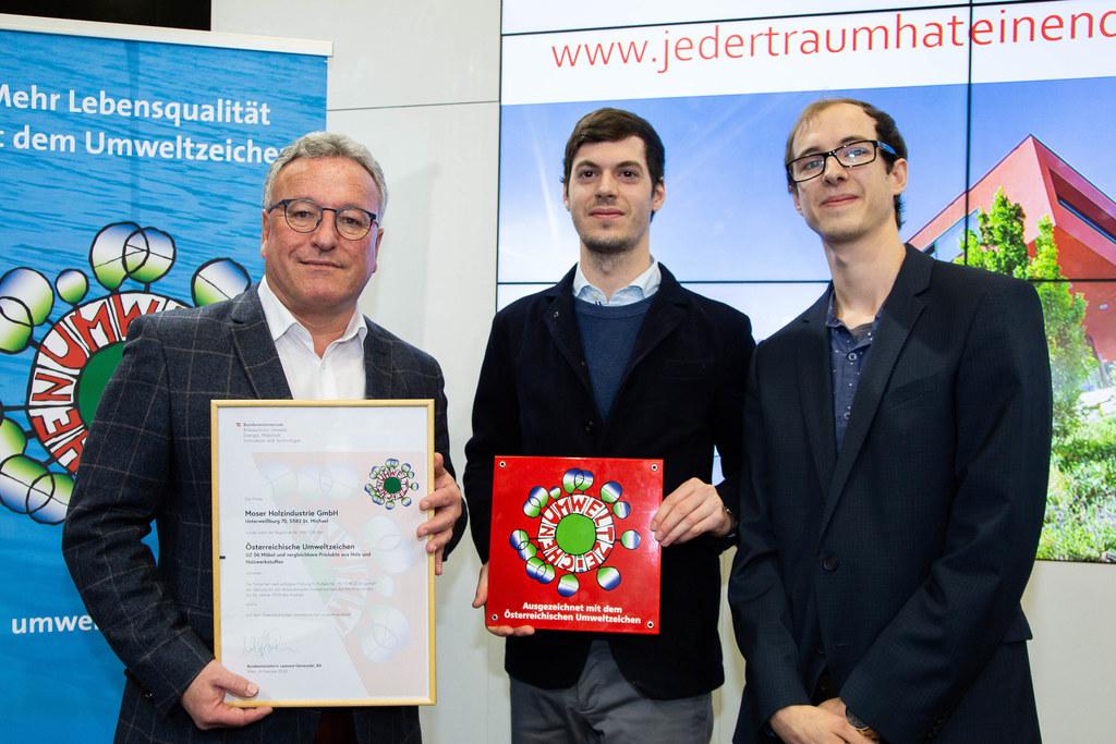 LH-Stv. Heinrich Schellhorn und die Preisträger des Österreichischen Umweltzeichens von Moser Holzindustrie in St. Michael im Lungau: Michael Moser und Marcus Sucher.