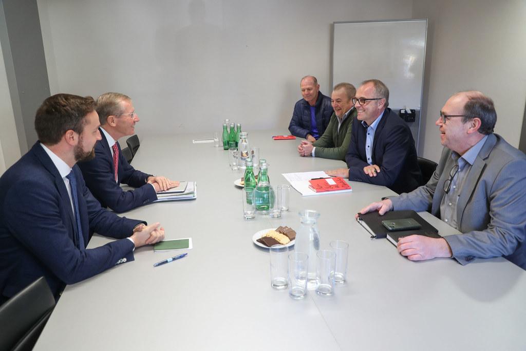LR Stefan Schnöll und LH Wilfried Haslauer im Gespräch mit den Salzburg AG-Betriebsräten Josef Mitterbauer, Friedrich Adelsberger, Johann Grünwald und Frank Conrads.