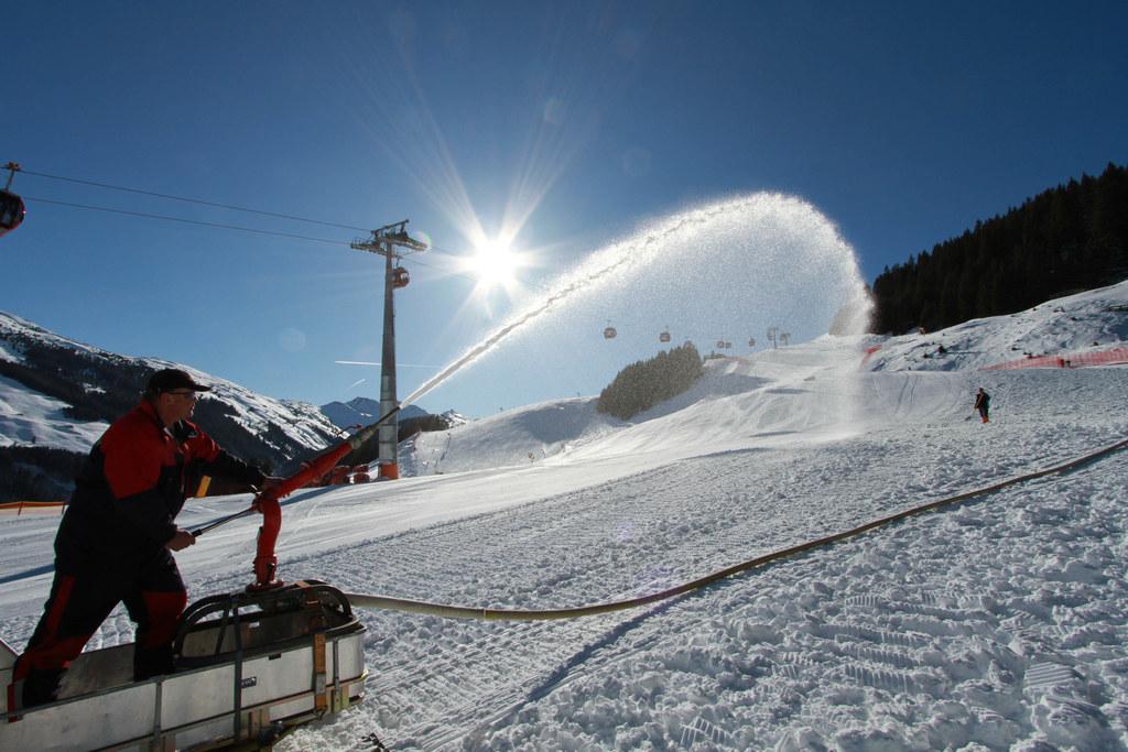 Hochbetrieb bei den letzten Vorbereitungen für die Weltcup-Herren-Speed-Rennen am 13. und 14. Februar am Zwölferkogel. Die Piste wird noch mit Wasser behandelt, am Sonntag ist sie rennfertig.