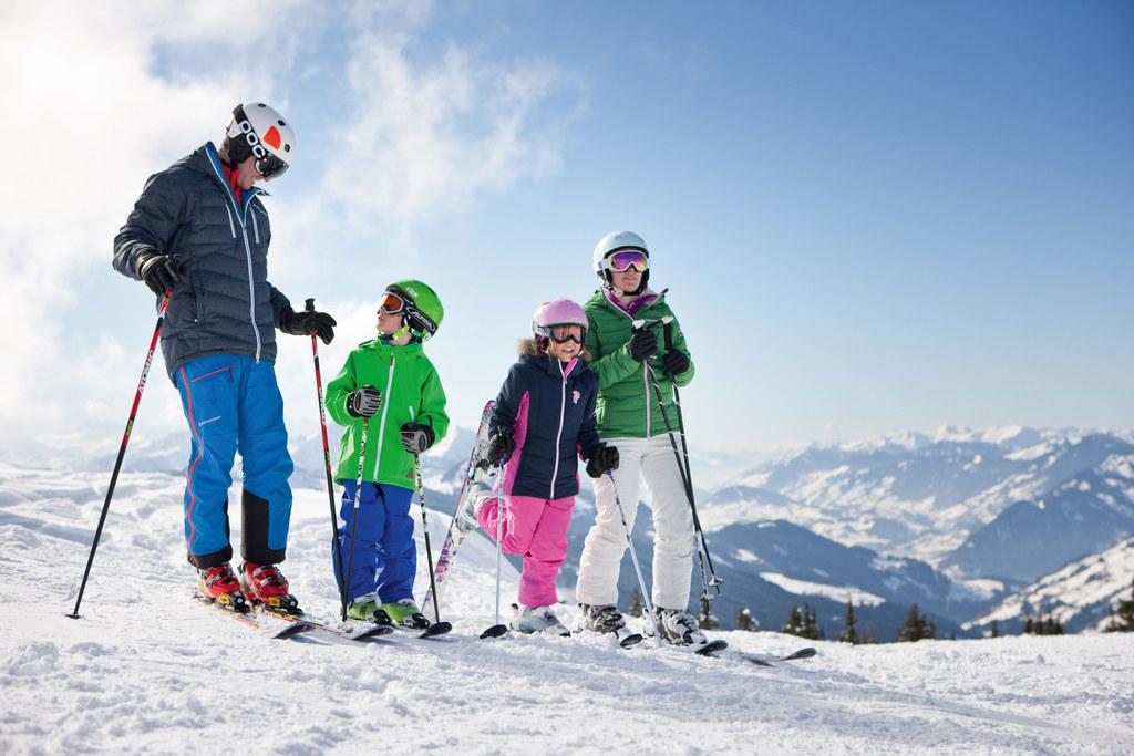 Günstiger Pistenspaß für Familien in den Semesterferien gibt es in den Skigebieten Kitzbühel und Lammertal (entsprechender Witterung vorausgesetzt).
