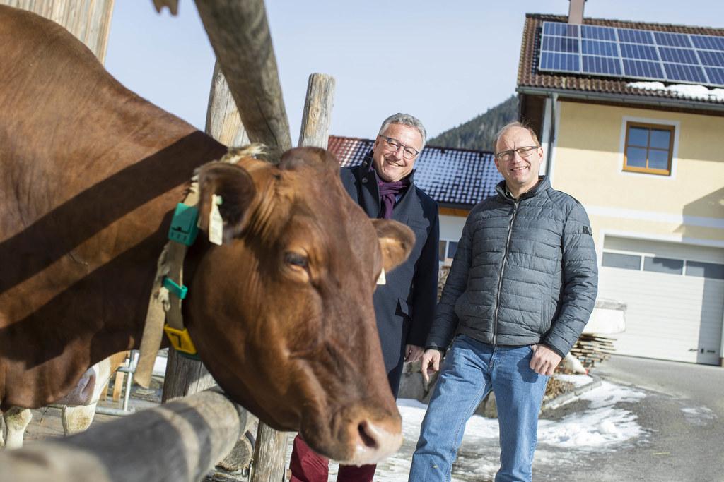 Bis zu 5 kWpeak bei Anlagen von Privaten und Landwirten werden gefördert. Hier LH-Stv. Heinrich Schellhorn und Bauer Rupert Pichler am Hof in Faistenau.