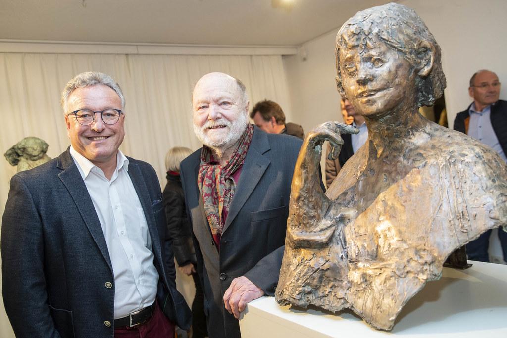 LH-Stv. Heinrich Schellhorn und Künstler Josef Zenzmaier, dem in seiner Heimatgemeinde Kuchl eine Ausstellung gewidmet ist.