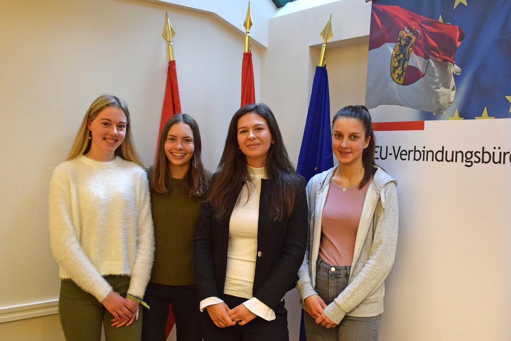 Austausch auf Augenhöhe: Julia Moser (3.v.l.) mit Simone, Lena und Carla vom BG Seekirchen.