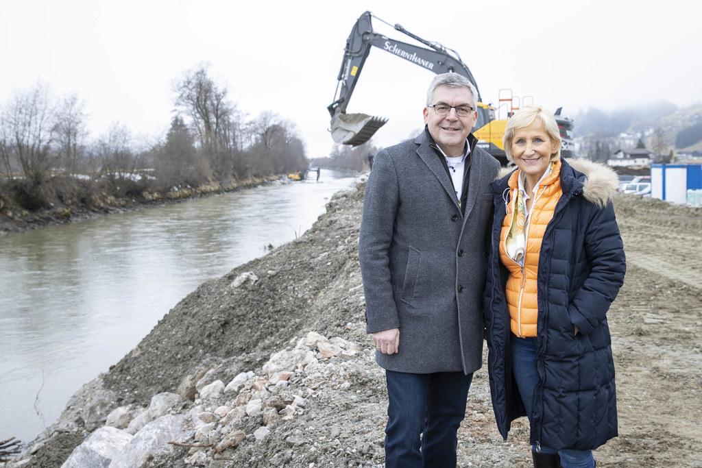 LR Josef Schwaiger und Bgm. Sonja Ottenbacher besichtigten die Baustelle für den Hochwasserschutz in Stuhlfelden.
