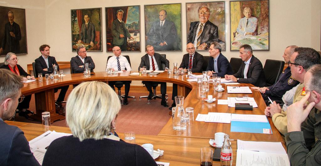 Ende Februar besprach LH Wilfried Haslauer mit allen involvierten Partnern im Land Salzburg die weitere Vorgehensweise in Sachen Corona-Virus. Damals galten noch nicht die strengen Regeln zum Abstand halten.