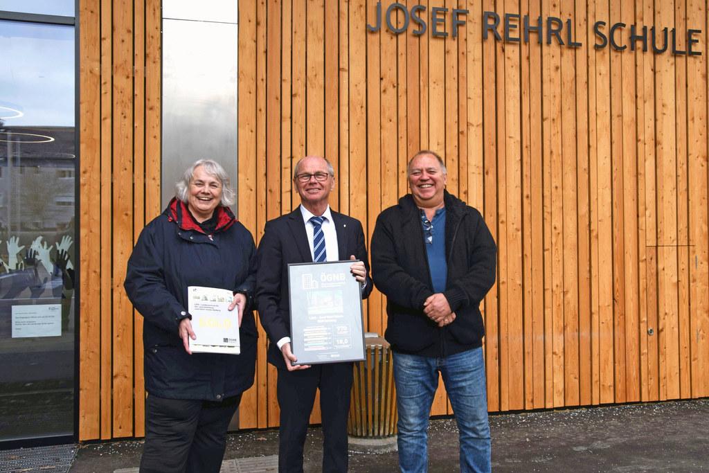 Freuen sich über die Auszeichnung in Gold für nachhaltiges Bauen für die Josef-Rehrl-Schule: Rosemarie Liebminger (Leiterin Landeszentrum für Hör- und Sehbildung), LH-Stv. Christian Stöckl und Schuldirektor Stefan Fraundorfer.
