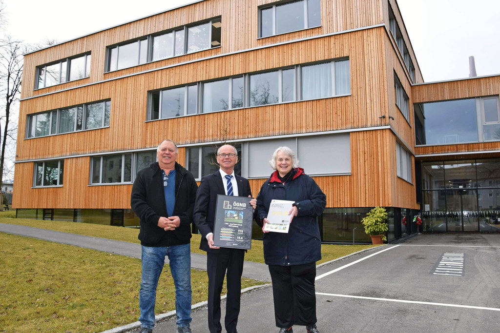 Stolz präsentieren Schuldirektor Stefan Fraundorfer, LH-Stv. Christian Stöckl und Rosemarie Liebminger (Leiterin Landeszentrum für Hör- und Sehbildung) das Zertifikat.