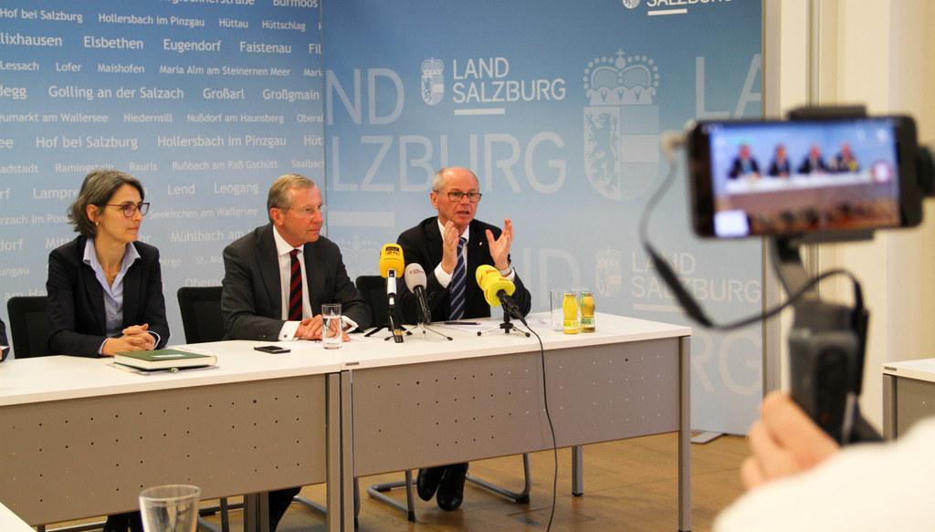 Nach wie vor ist Salzburg nicht von Erkrankungen mit dem Corona-Virus betroffen, informierten Landessanitätsdirektorin Petra Juhasz, LH Wilfried Haslauer und LH-Stv. Christian Stöckl.