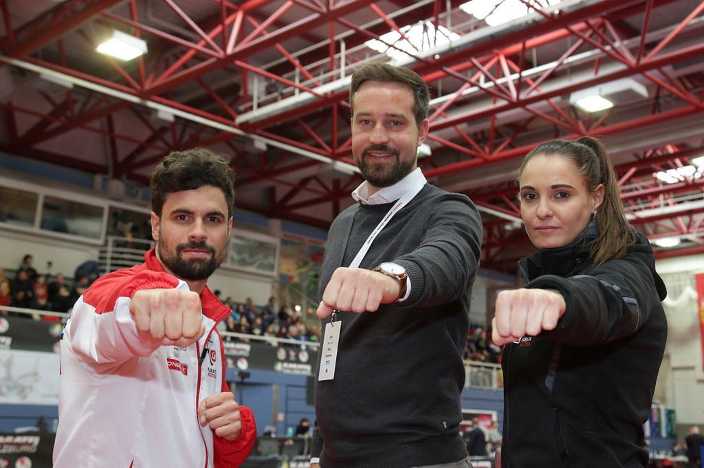 SR Stefan Schnöll bei der Premiere League Karate in der Salzburger Sporthalle Alpenstraße mit zwei Salzburger Aktiven, Thomas Kaserer und Alisa Buchinger.