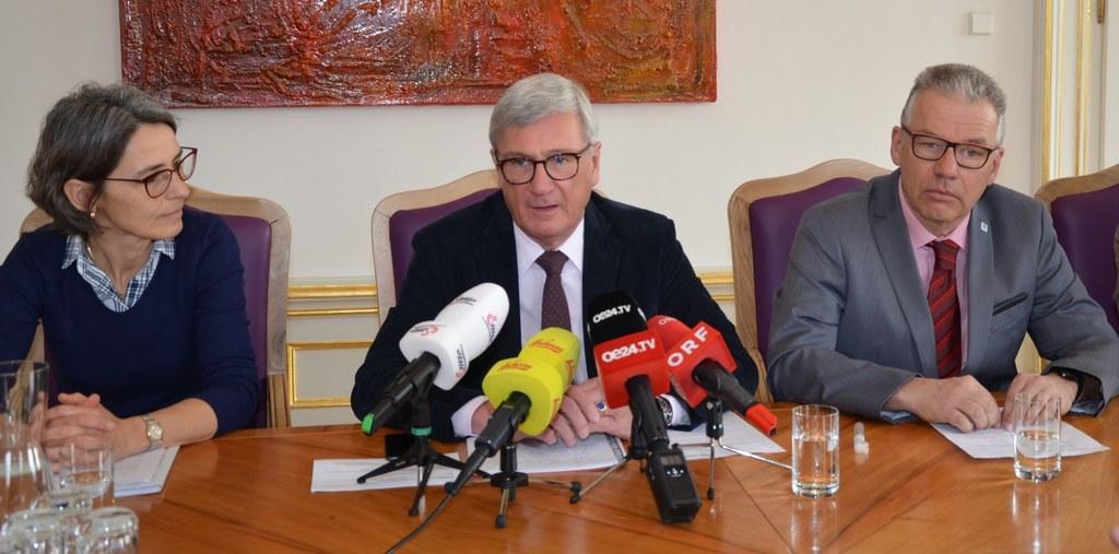Landessanitätsdirektorin Petra Juhasz, Bürgermeister Harald Preuner und Abteilungsvorstand Michael Haybäck.