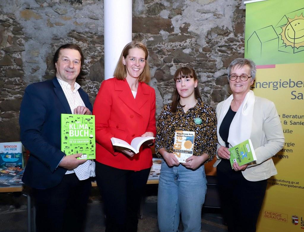 Hans Holzinger (Robert-Jungk-Bibliothek für Zukunftsfragen), LR Andrea Klambauer, Anika Dafert (Fridays for Future) und Monika Aistleitner (Vorsitzende Bibliothekarsverband Salzburg) präsentieren den Klimakoffer.