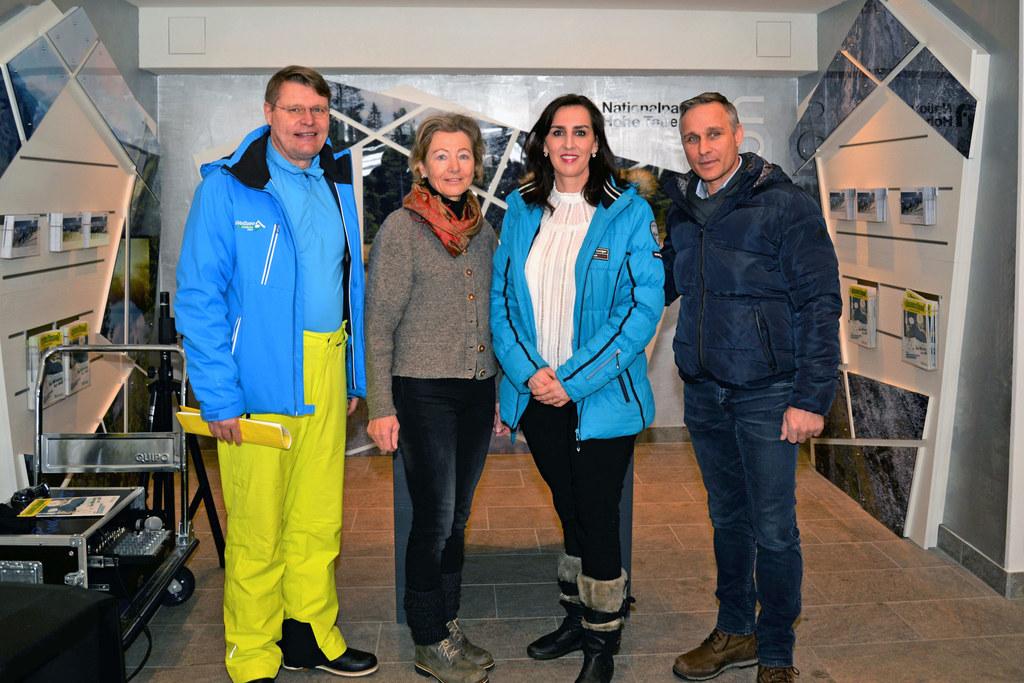 Eröffnung der neu gestalteten Talstation: LR Maria Hutter mit Wilfried Holleis (GF Weißsee Gletscherwelt), Kathi Steiner (Weißsee Gletscherwelt) und Bgm. Hannes Lerchbaumer (Uttendorf).