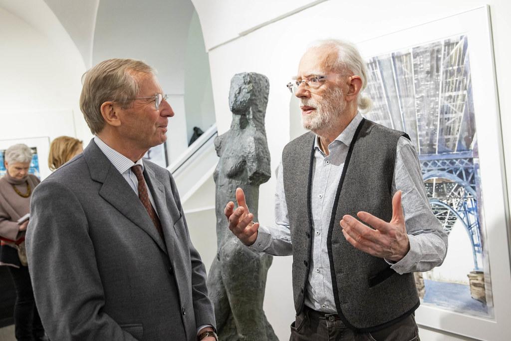 LH Wilfried Haslauer eröffnete die Ausstellung mit Arbeiten von Gottfried Salzmann.