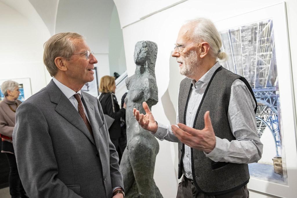 Die Arbeiten von Gottfried Salzmann (re.) sind weltweit gefragt. LH Wilfried Haslauer im Gespräch mit dem Künstler.