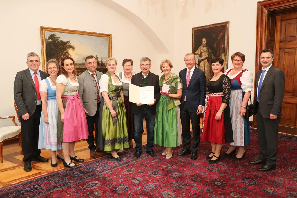 Für mehr als 30 Jahre tatkräftiges Engagement für die Bäuerinnen erhielt Elisabeth Hölzl das Große Verdienstzeichen des Landes.