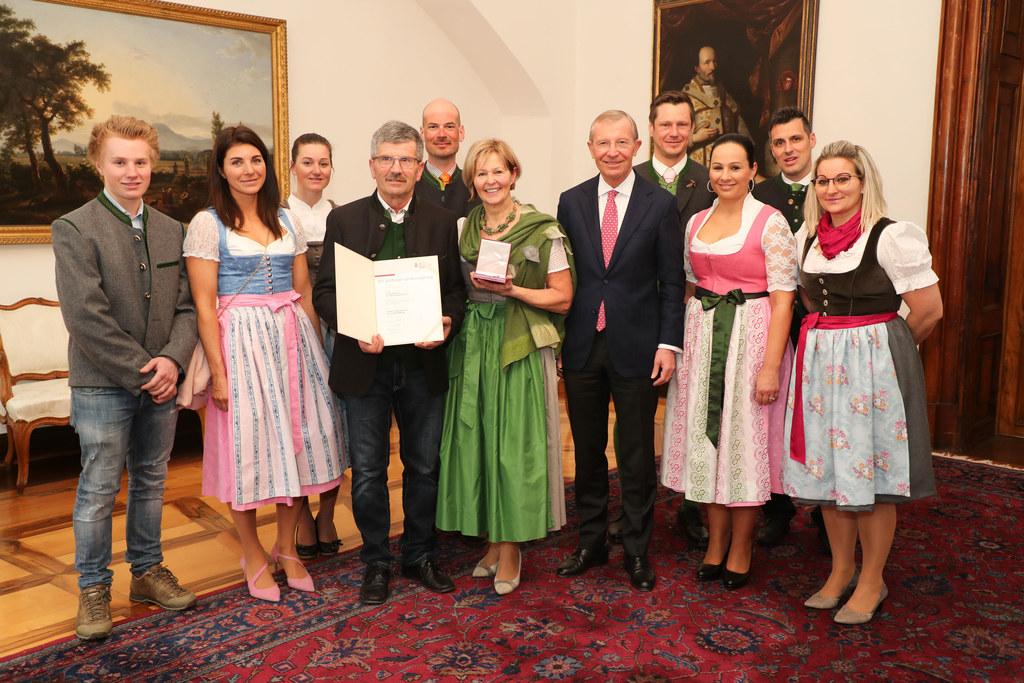 Ein Festakt als Familien-Ereignis: Großes Verdienstzeichen des Landes für Elisabeth Hölzl mit Ehemann Anton Hölzl und LH Wilfried Haslauer.