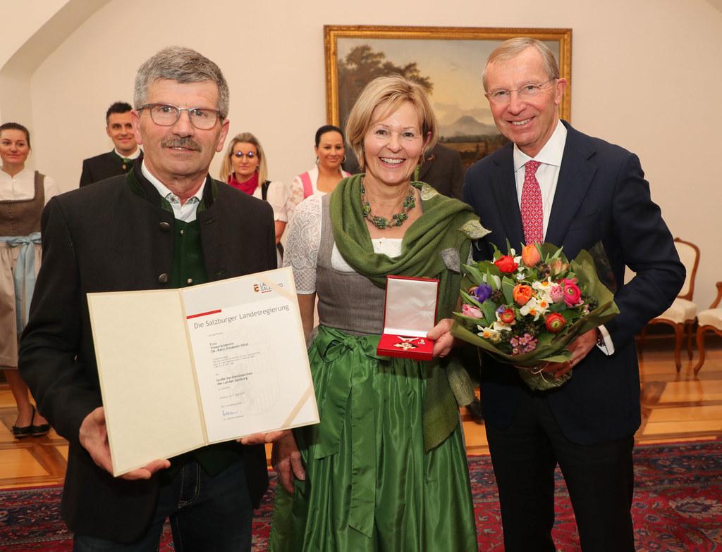 Das Große Verdienstzeichen des Landes überreichte LH Wilfried Haslauer an Elisabeth Hölzl, die sich mit Ehemann Anton Hölzl sehr über die Auszeichnung freute.
