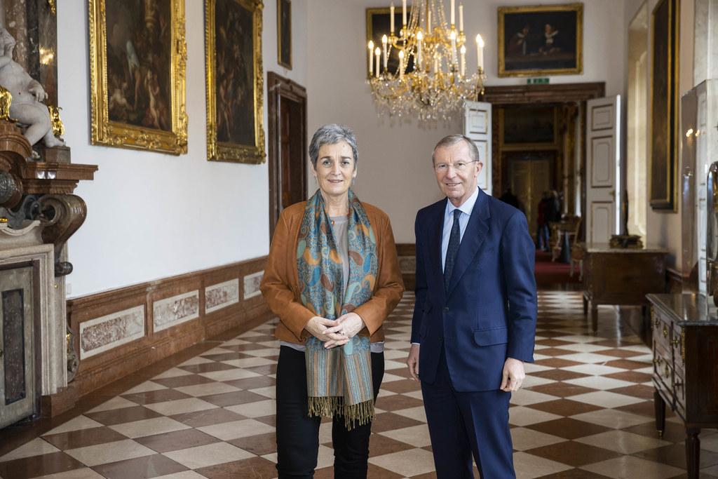 Kultur-Staatssekretärin Ulrike Lunacek und LH Wilfried Haslauer in der Alten Residenz.